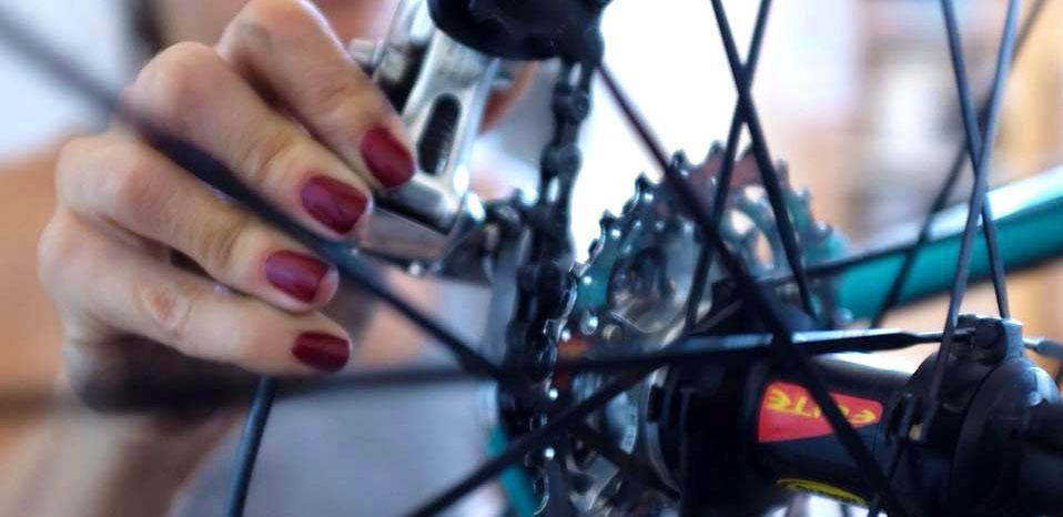 la fille aux vélos mains expertes